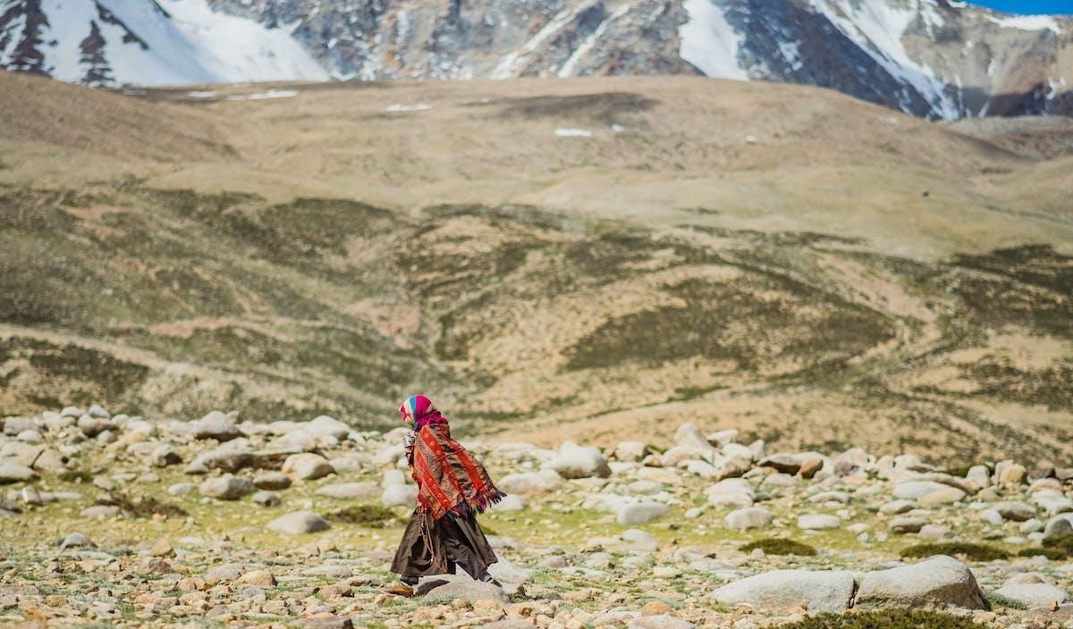 Nomade in cammino verso il tempio